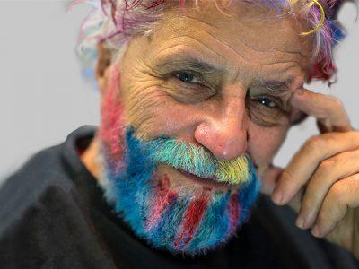 Mann hat nach Veränderungsprozess bunte Haare.